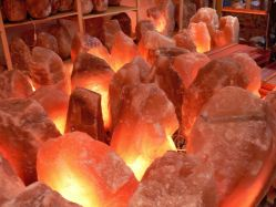 Salzkristall-Lampe elektrisch 40 - ca. 100 kg Holzfuss