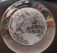 8cm Glaskugel mit innerem gelasertem Globus - 3D-Effekt