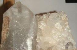 Brunnenstein mit Bergkristallspitzen