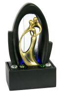 Kleiner Fiberglasbrunnen mit Goldenen Figuren: Liebevoller Tanz